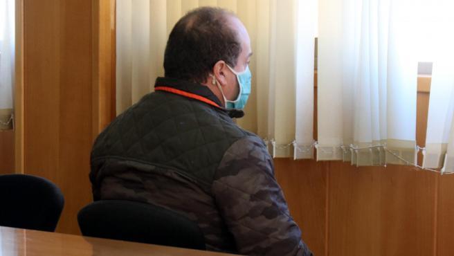 El hombre condenado por abusos sexuales a menores, sentado en la sala de vistas de la Audiencia de Tarragona, este miércoles 9 de diciembre de 2020