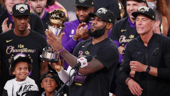 LeBron James, tras recibir el premio MVP (jugador más valioso), después de la victoria de Los Angeles Lakers frente a Miami Heat en las finales de la NBA 2020.