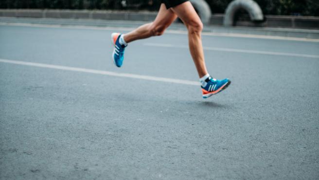 Un hombre corriendo en una imagen de archivo.