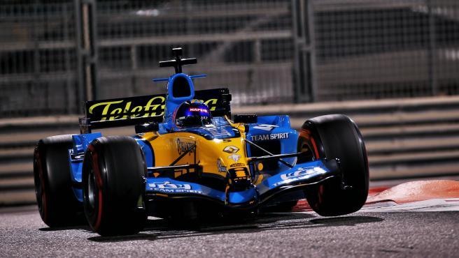 Fernando Alonso, al volante del Renault R25 en Abu Dhabi