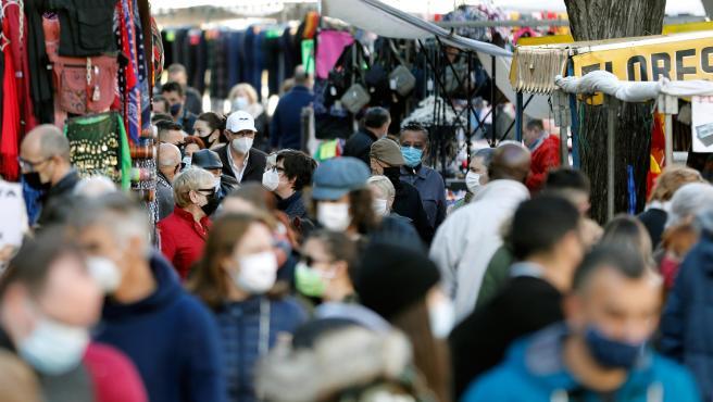Cientos de personas caminan en un mercadillo cerca del Mercado Central de Valencia este fin de semana.