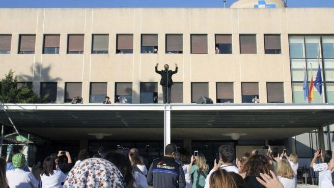 Antonio Orozco da un concierto sobre el techo del Hospital de Melilla.
