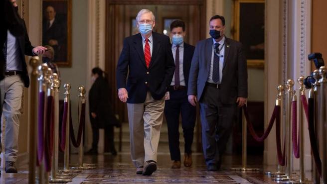 El líder de la mayoría republicana del Senado de EE UU, Mitch McConnell, en el Capitolio, durante las negociaciones para aprobar un nuevo paquete de estímulo económico por la pandemia del coronavirus.