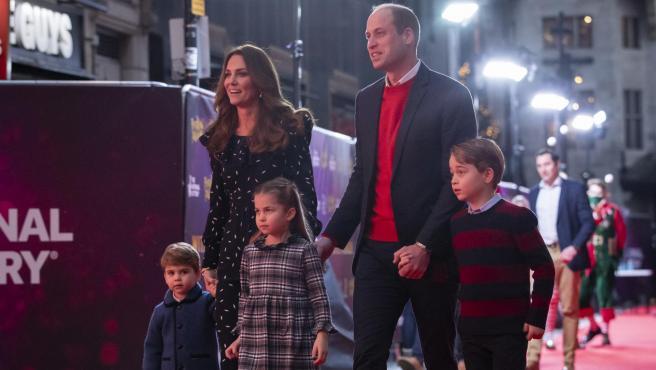 El príncipe William y Kate Middleton y sus hijos, el príncipe Louis, la princesa Charlotte y el príncipe George acuden a un evento en Londres, en una imagen de archivo.