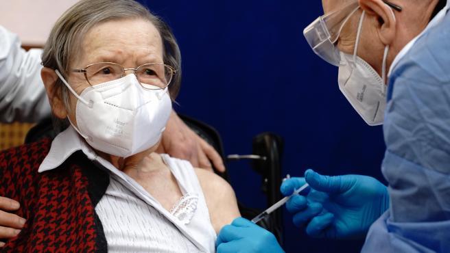 La anciana de 100 años, Ruth Heller, recibe la vacuna contra la Covid-19 en Berlín.