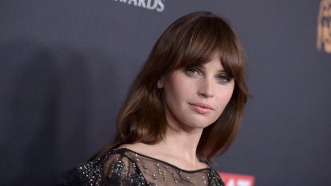 Felicity Jones es una actriz fiel al flequillo cortina.
