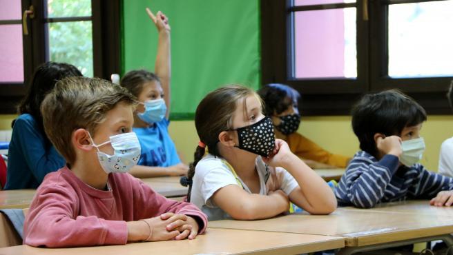 Niños con mascarilla dentro de clase en las escuela de Salardú (Vall d'Aran).de 2020.