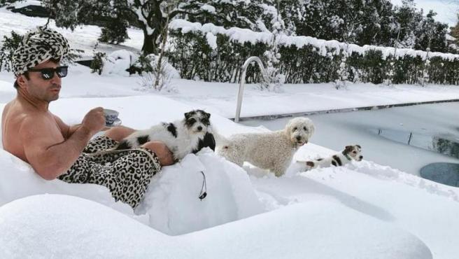 Arturo Valls comparte un divertido posado en la nieve.