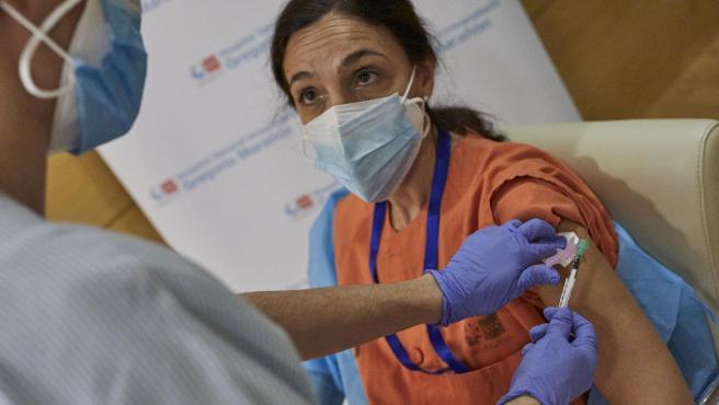 Una enfermera vacuna a una sanitaria contra el coronavirus en el Hospital Gregorio Marañón de Madrid (España), a 11 de enero de 2021. La Comunidad de Madrid continúa este lunes con la vacunación contra la covid-19 de los profesionales