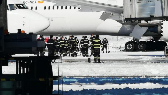 La UME ayudando en la limpieza de nieve y hielo del aeropuerto de Madrid.
