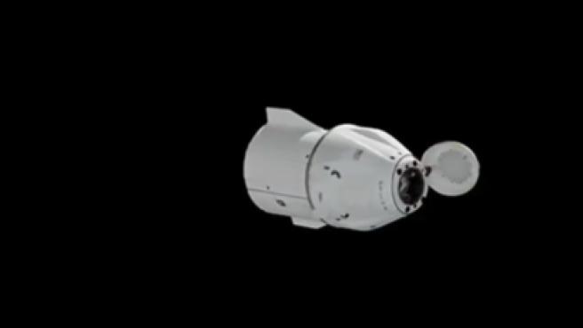 La cápsula Dragon de SpaceX, tras separarse de la Estación Espacial Internacional.
