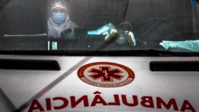 Un trabajador sanitario espera en una ambulancia en un hospital de Manaos, en la Amazonía brasileña, tras el toque de queda de once horas diarias impuesto en la ciudad ante el repunte de casos de COVID-19.