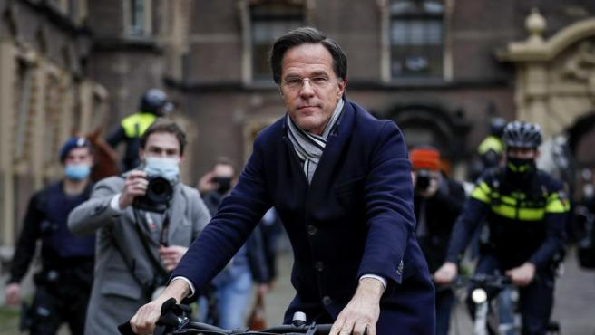 El primer ministro dimitido holandés, Mark Rutte, se marcha después de la rueda de prensa en La Haya, Países Bajos.