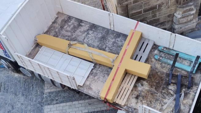 La Cruz del Llanito de las Descalzas de Aguilar de la Frontera (Córdoba), ya desmontada y cargada en un camión, tras su retirada.