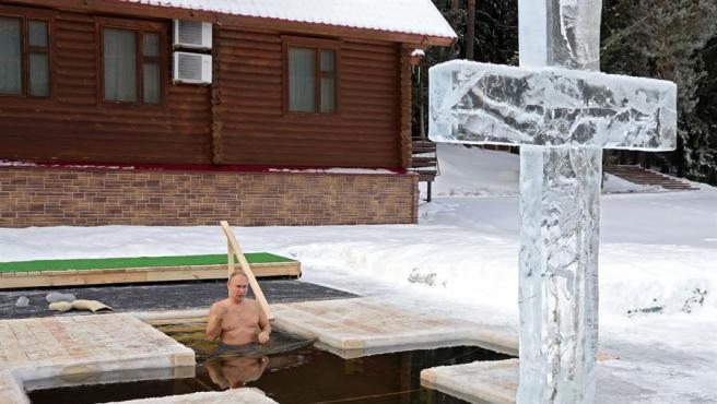 Vladimir Putin se baña en agua helada durante las celebraciones de la Epifanía Ortodoxa.