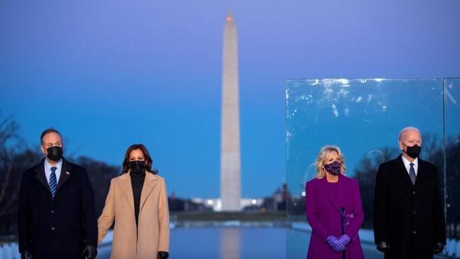 El presidente electo de EE UU, Joe Biden; su esposa, Jill Biden; la vicepresidenta electa, Kamala Harris; y su esposo, Doug Emhoff, durante un acto de homenaje a los fallecidos por la pandemia de COVID-19, en el monumento a Lincoln, en Washington.