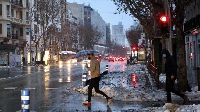 Lluvia en un Madrid que acumula nieve y hielo en sus aceras.