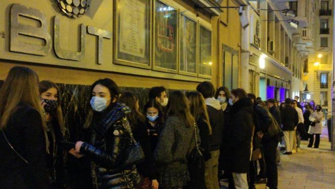 Cola para entrar a la discoteca Teatro Barceló, un día después de la multitudinaria fiesta.