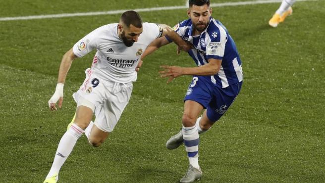 Benzema y Duarte pugnan por un balón.