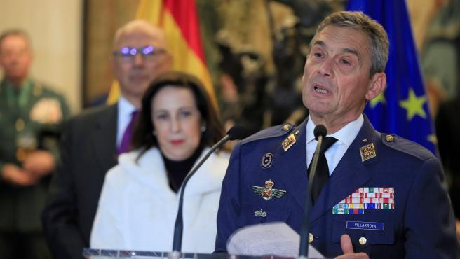 El jefe del Estado Mayor de la Defensa, el general del Aire Miguel Ángel Villarroya Vilalta (d), junto a la ministra de Defensa, Margarita Robles (i).