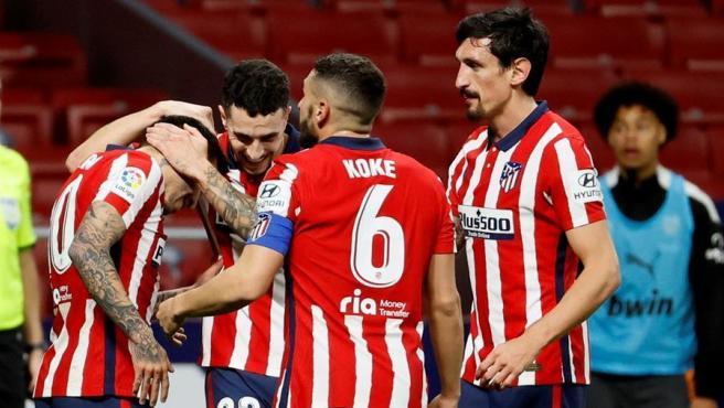 Los jugadores del Atlético de Madrid celebran el tercer gol ante el Valencia.