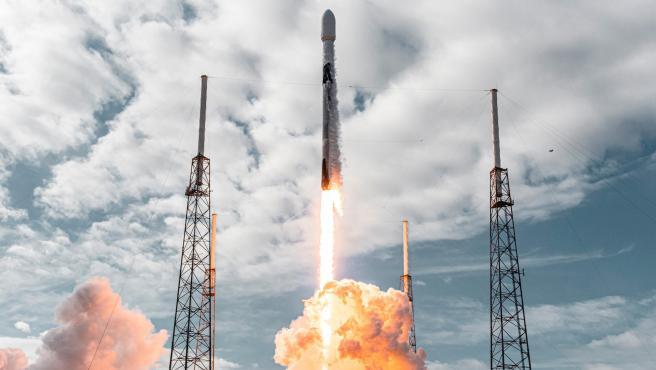 El cohete Falcon 9 de SpaceX sale de la Tierra con 143 satélites en la misión Transporter-1.