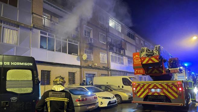 Bomberos de la Comunidad de Madrid, durante la extinción de un incendio declarado en el n° 3 de la calle Hernán Cortes de Alcalá de Henares (Madrid).