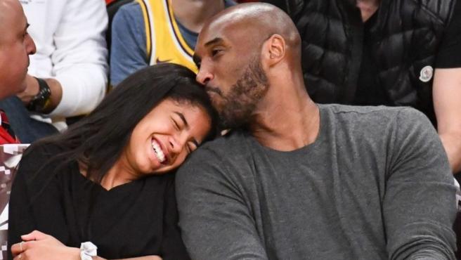 Kobe Bryant y su hija Gianna durante un partido de la NBA.