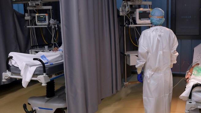 Un médico de Urgencias del Hospital Pío del Rio Hortega de Valladolid observa el monitor de uno de los pacientes ingresados por Covid-19.