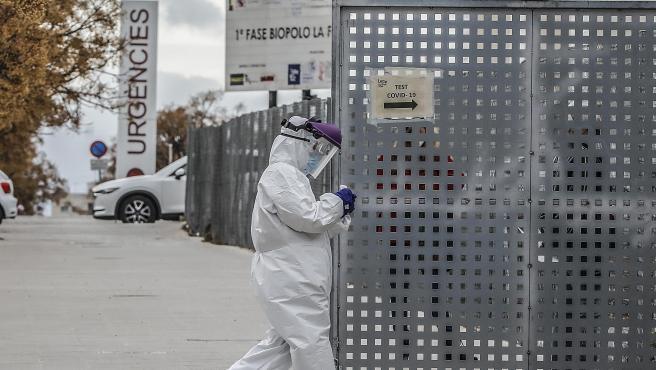 ROBER SOLSONA...2021-01-25......VALENCIA......CENTENARES DE VEHÍCULOS ESPERAN PARA LA PRUEBA DEL PCR EN EL HOSPITAL DE CAMPAÑA DE LA FE.