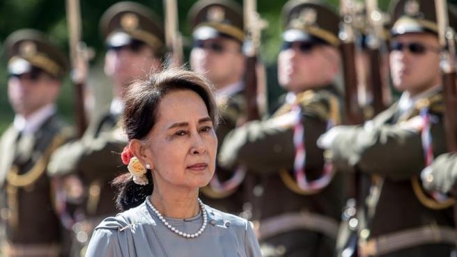 La líder del partido birmano Liga Nacional para la Democracia Aung San Suu Kyi, pasa revista a una guardia de honor en Praga (República Checa), en 2019.