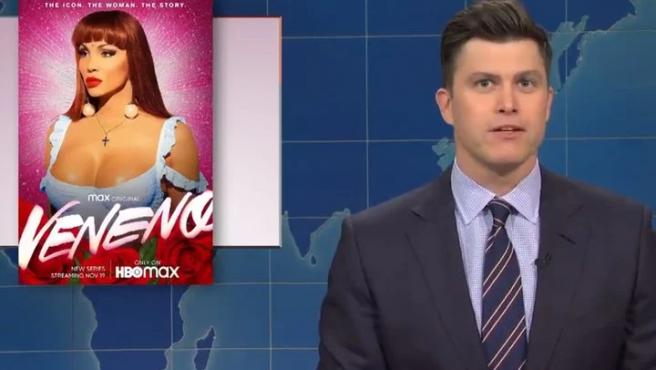 Colin Jost junto al póster de 'Veneno' en 'Saturday Night Live'.
