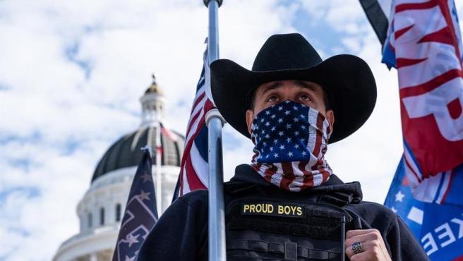 Un miembro del grupo de ultraderecha Proud Boys, durante una concentración de seguidores de Donald Trump en Sacramento, California (EE UU).