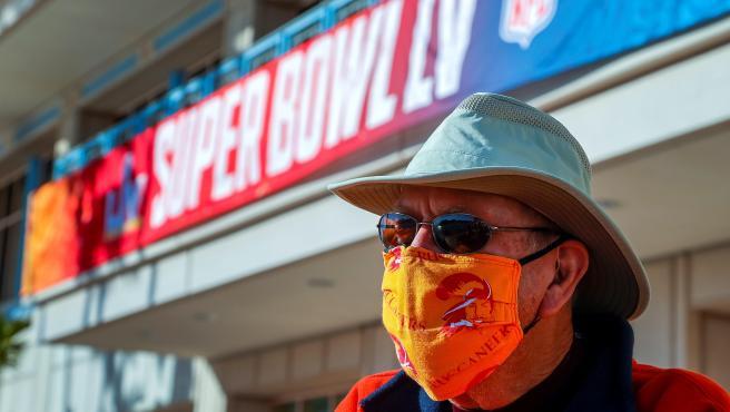 Un aficionado con mascarilla a las puertas del Ray James Stadium para la Super Bowl LV