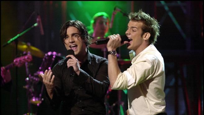 David Bustamante y Álex Casademunt interpretan' Dos hombres y un destino' en 'Operación Triunfo' en el año 2003.