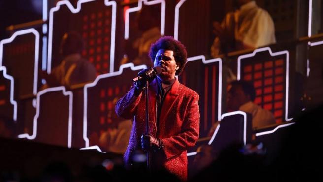 El cantante canadiense The Weeknd, durante su actuación en el descanso de la LV Super Bowl, en el estadio Raymond James de Tampa, Florida (EE UU).