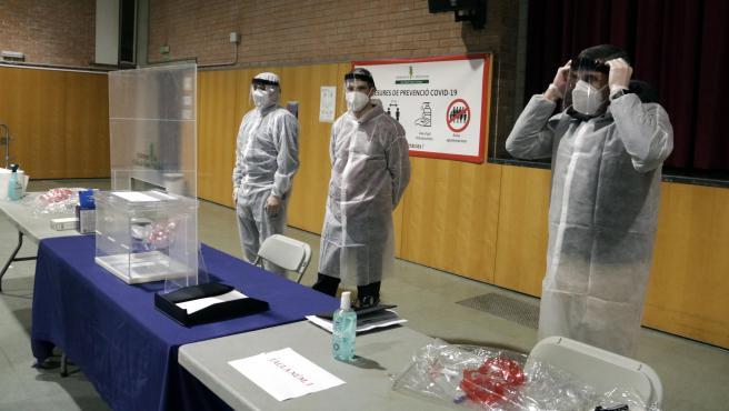 Miembros de una mesa electoral de Sant Julià de Ramis (Girona) se ponen los EPI durante un simulacro para las elecciones del 14-F.