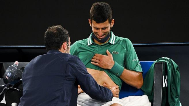 Novak Djokovic, atendido por los servicios médicos