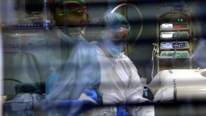 Profesionales sanitarias del Hospital del Mar (Barcelona) en una UCI con pacientes Covid.