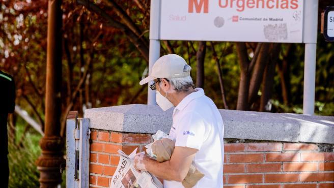 Un hombre protegido con mascarilla pasea por las inmediaciones de un hospital de Madrid.