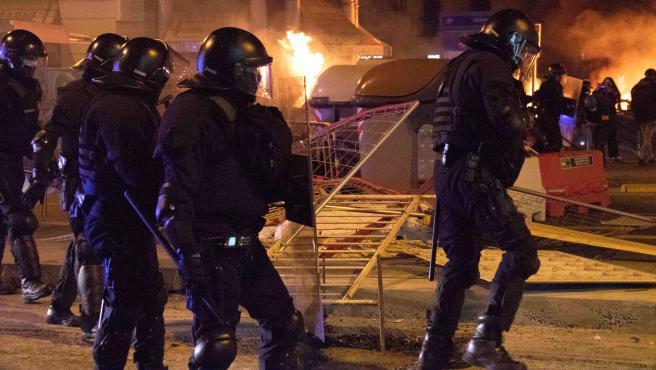 Mossos durante los disturbios en Barcelona por el encarcelamiento de Pablo Hasel.