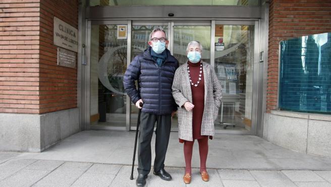 Apolonio Ruiz Ligero y Mari Pepa Laserna, ayer, a las puerta de la residencia Orpea Madrid Loreto, donde ambos viven.
