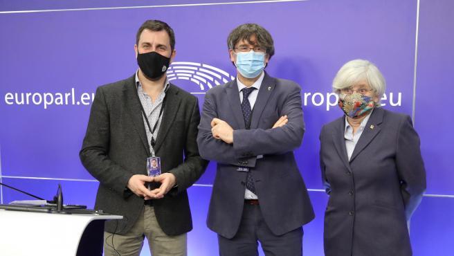 Carles Puigdemont (centro) junto a Toni Comín y Clara Ponsatí, ayer en la sala de prensa de la Eurocámara.