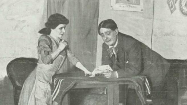 Loreto Prado y Enrique Chicote en una escena de la obra de teatro Gente menuda, de Carlos Arniches.