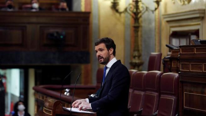 El presidente del PP, Pablo Casado, interviene desde la tribuna del Congreso.