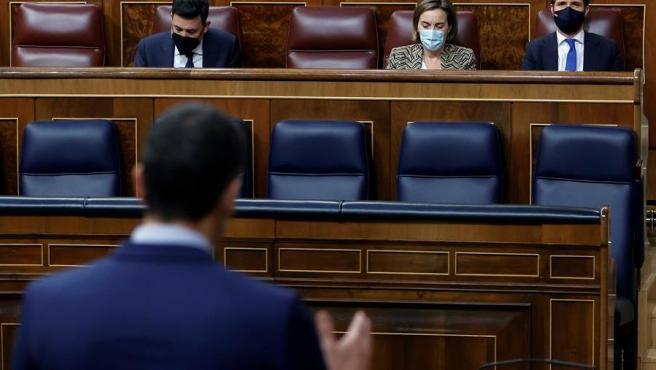 El presidente del Gobierno, Pedro Sánchez, y el presidente del PP, Pablo Casado, en el Congreso.