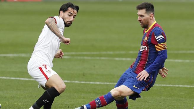 Messi y Suso, durante el Sevilla - Barcelona
