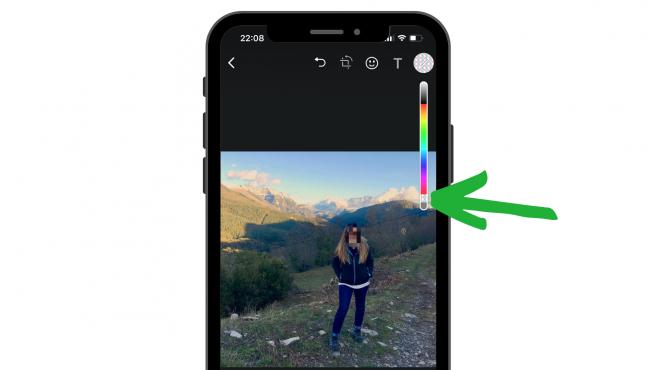 Puedes rasterizar las fotos en WhatsApp desde el editor de imágenes, antes de enviarlas.