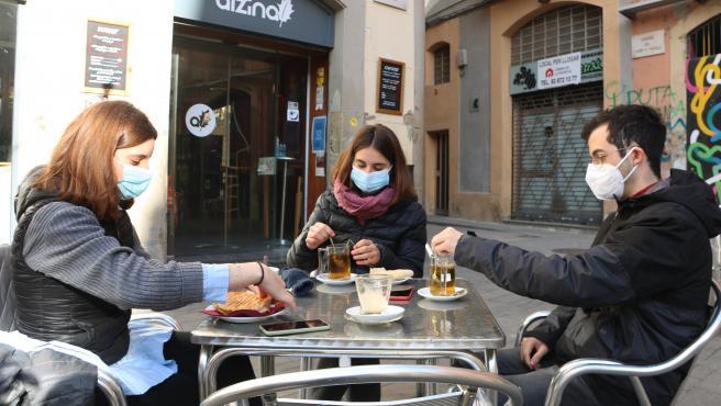 Un grupo de jóvenes en una terraza del bar l'Alzina de Manresa (Barcelona).