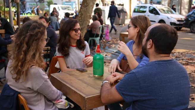 Un grupo de jóvenes en la terraza de un bar de Barcelona.